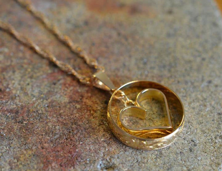 Två förlovningsringar där damringen i 18k har formats till ett hjärta som  sedan blir ett hängsmycke. All gravyr bevaras 8bd0aa2fa23d9