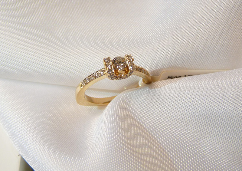 Förlovningsring-i-rödguld-med-diamanter