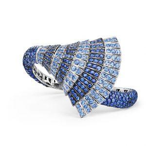 Armband i vitt guld med safirer i olika blå toner. Från de Grisogono