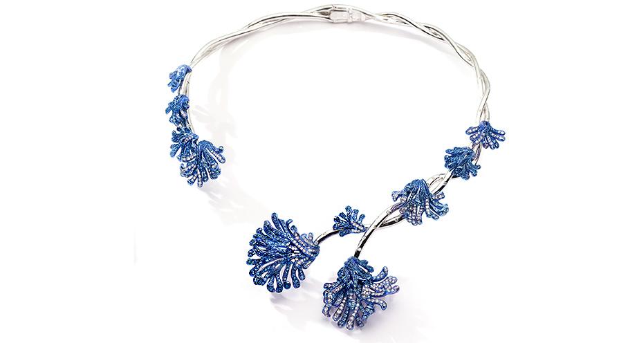 Halsband från Neha Dani i 18K vitt guld och blått rodium med diamanter och safirer