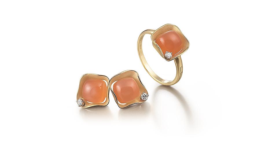Örhängen och ring i 18K guld med persikofärgad månsten och diamanter. Från Annamaria Cammilli