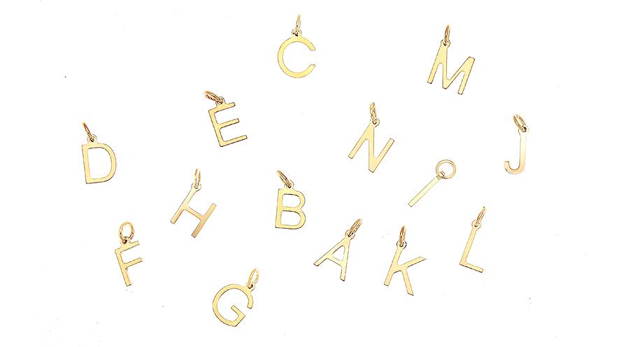 Hängsmycken med bokstäver från CU Jewellery.