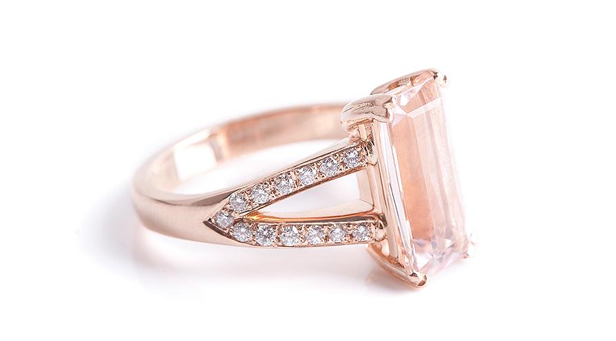 Drömmig rosa förlovningsring av Jenny Fors