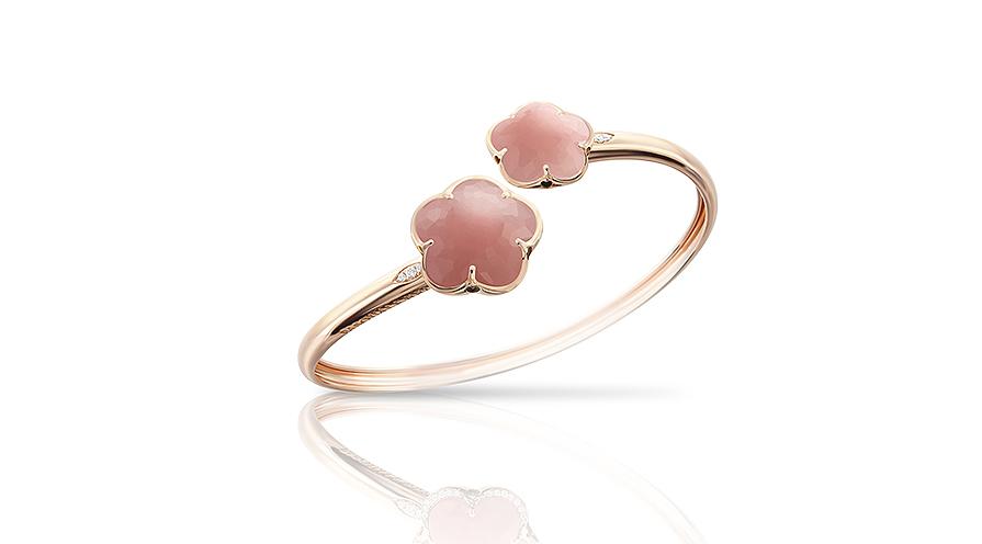 """Rosenkvarts kallas ofta för """"hjärtesten"""" och sägs stärka vår förmåga att känna kärlek och uppskatta skönhet. Här rosenkvarts i Bon Ton Bracelet från Pasquale Bruni."""
