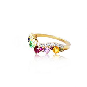 ring från Anpé Atelier med diamanter, safirer, rubiner, och tsavoriter