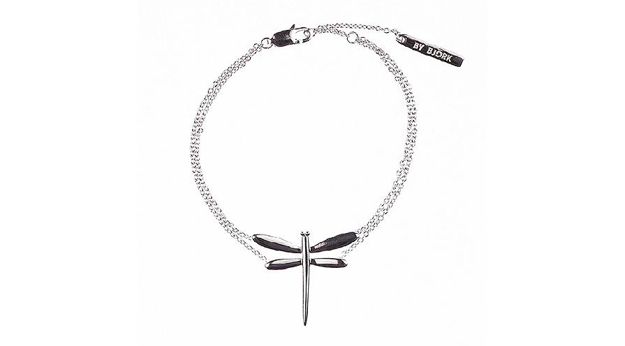 Armband med slända i 925 sterling silver, 999 kr. Längden på armbandet är 19 cm men går att justera till 16 cm i tre olika steg.