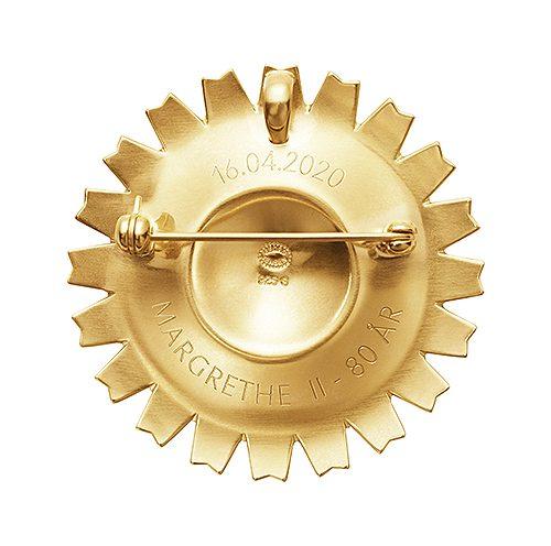 Brosch & hängsmycke i 18 karat guldförgyllt sterlingsilver och vit emalj.