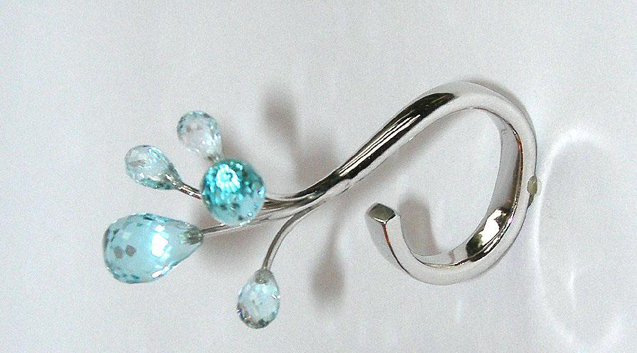 Ring av Annette Roxnäs visar på lekfull smyckesdesign.