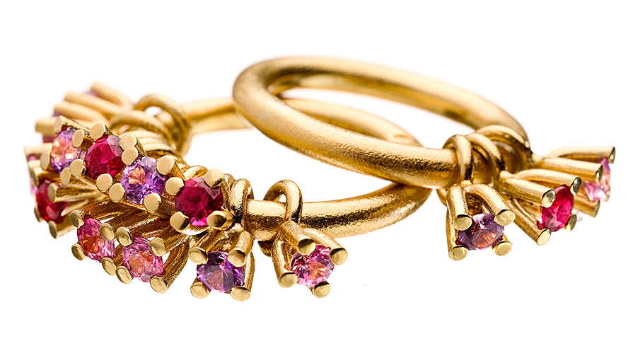 """Ringen """"Belle"""" med stenar som hänger från ringskenan är ett av de första smyckena Pia Artling skapade för Sandberg Sweden."""