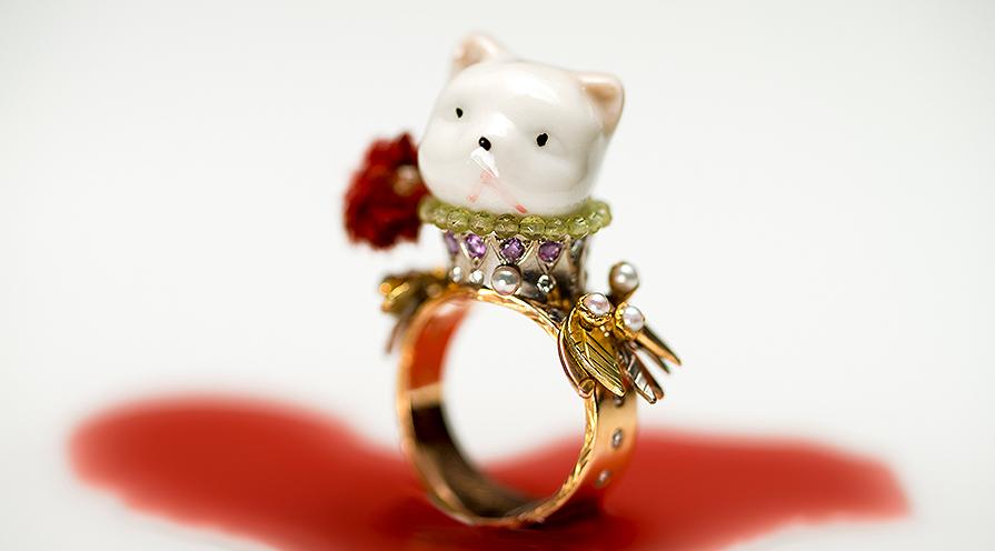 ring queencat i guld visar på lekfull smyckesdesign.