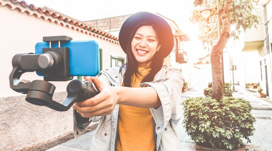 kvinna som tar selfie