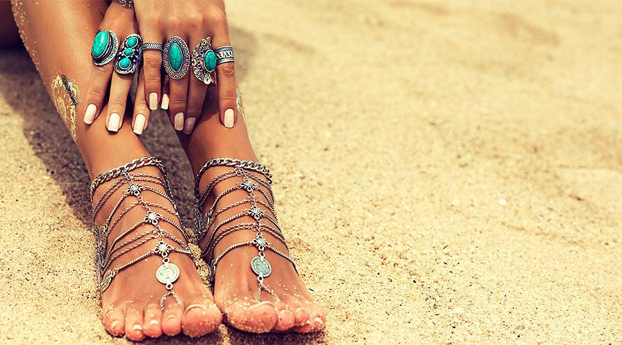 resa med smycken - fötter på strand