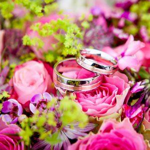 Bröllopstrender är återvunna ringar och starka färger