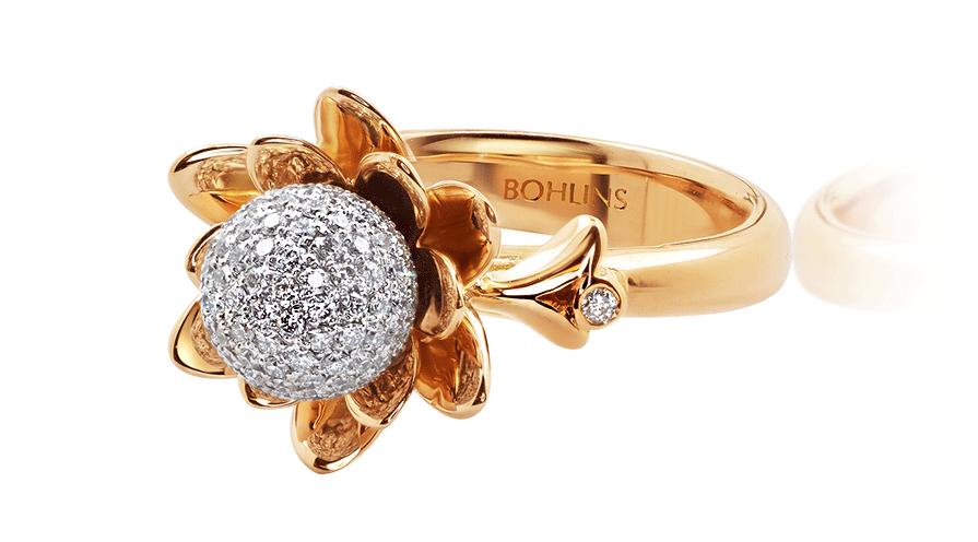 Saltö guldring med vitguldskula och 116 små diamanter, Bohlins guld.