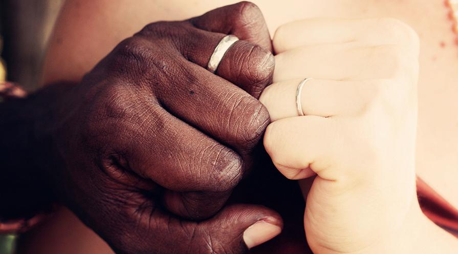 Förlovat par med vigsel-och förlovningsring.
