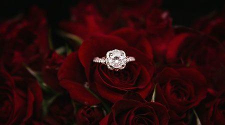 Vigsel- och förlovningsring i ros