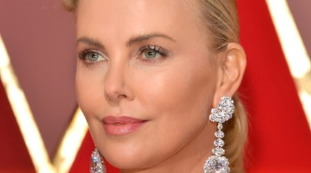 charlize theron i örhängen av chopard the queen of kalahari diamond.