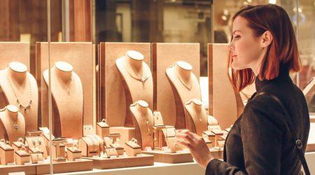 kvinna handlar smycken