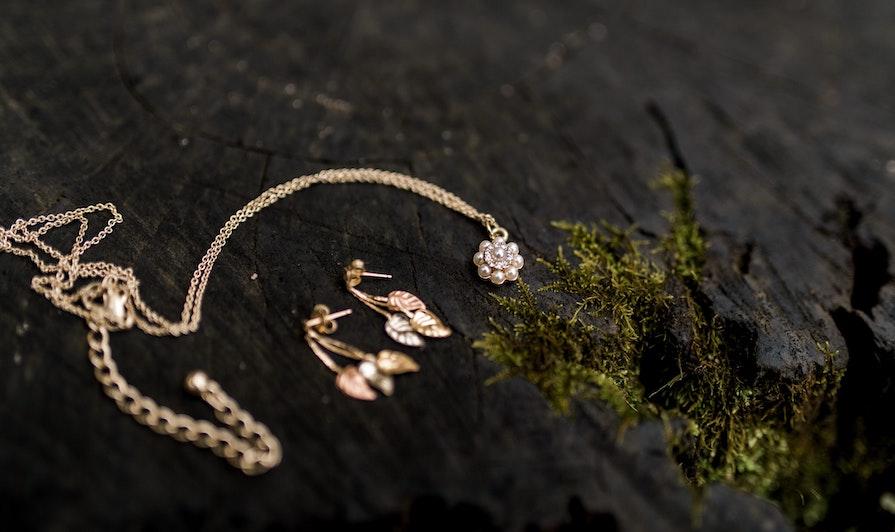 Smycken i guld mossa