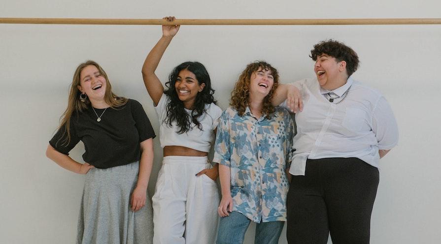 fyra kvinnor som representerar mångfald