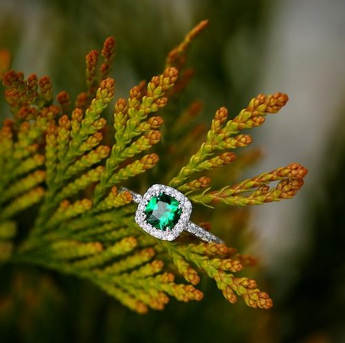 Förlovningsring med en grön sten