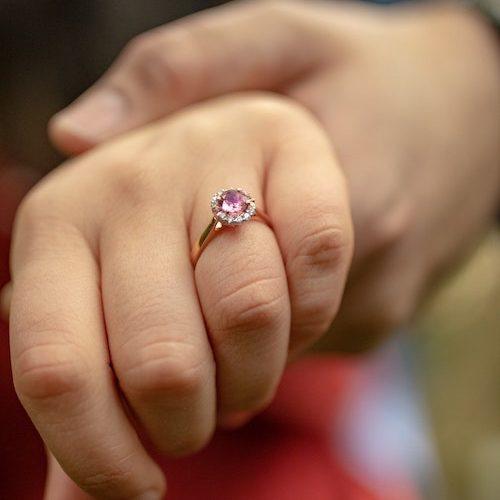 Rosa sten i en ring
