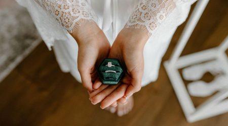 Brud håller en ask med ringar