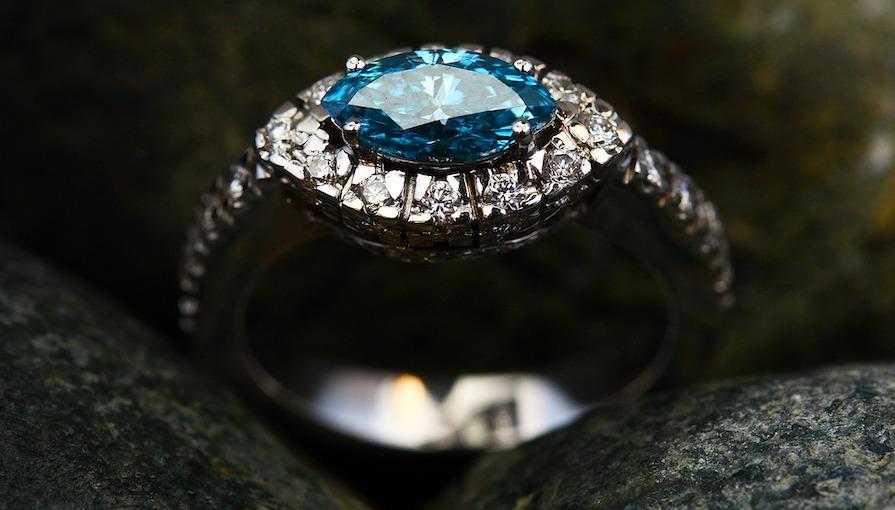 Vacker diamant ring med blå sten