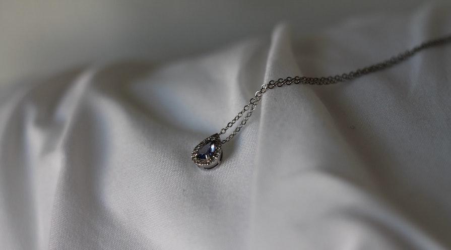 Halsband med en diamant