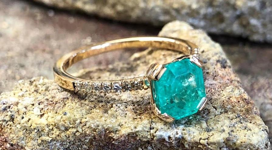 Förlovningsringar i rödguld, smaragd och diamanter