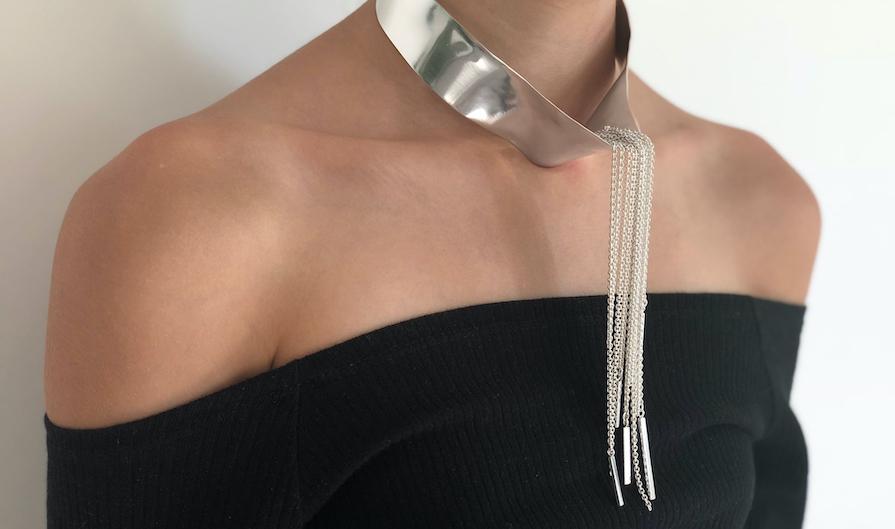 collier med silverkedjor av sagamelina