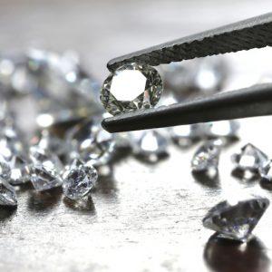 Diamant lyfts med en pincett