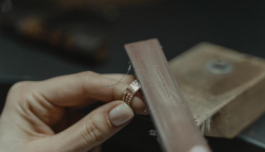 Guldsmed filar på en ring
