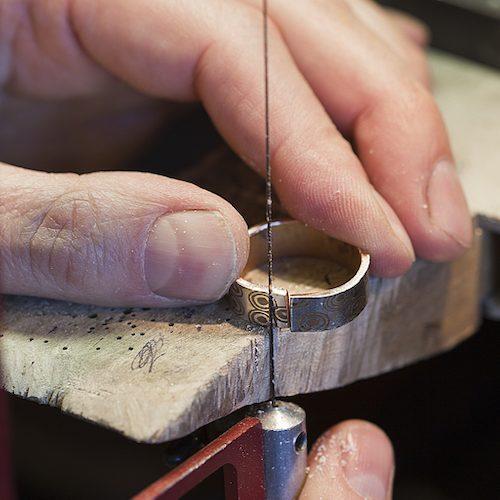 Guldsmed skapar förlovningsringar