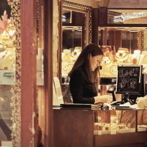 kvinna i smyckesbutik