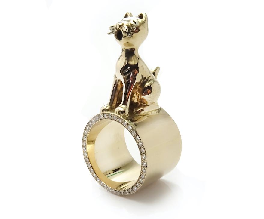 Ring med en katt i guld av Guldapan
