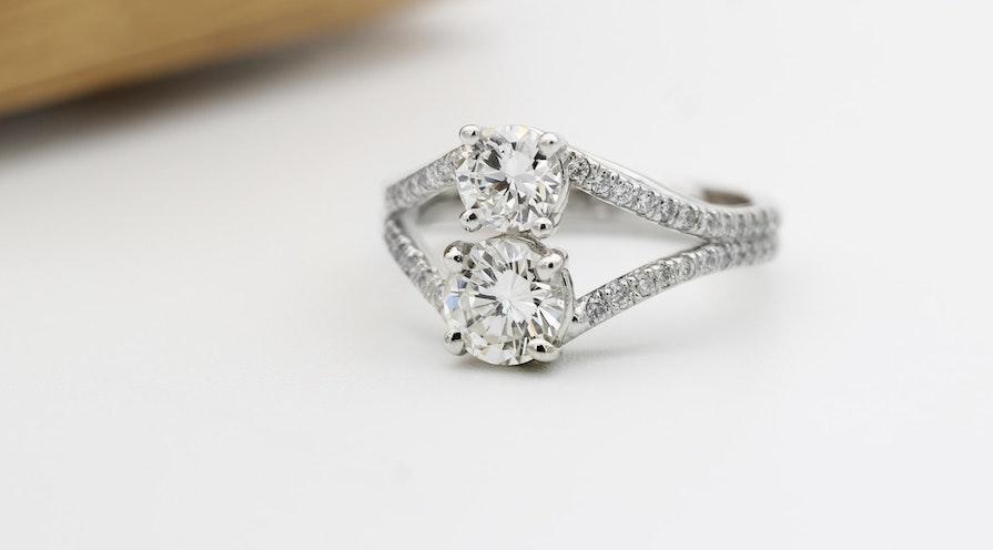 Förlovningsringar med två stenar