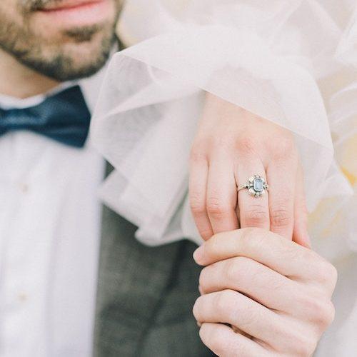 brud med en vintage ring