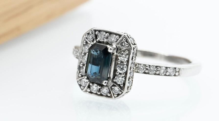Ring med blå diamant