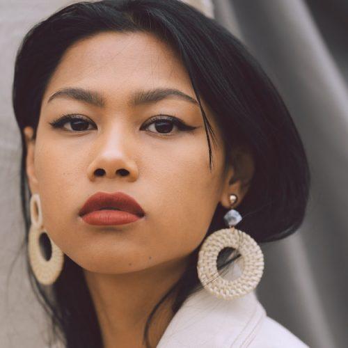Kvinna med stora örhängen