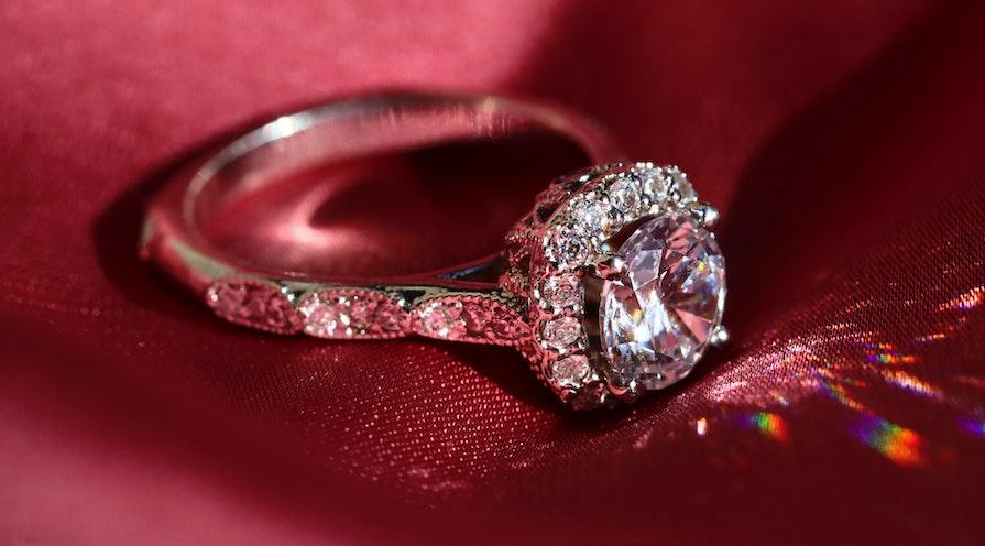 Diamantring reflekterar ljus