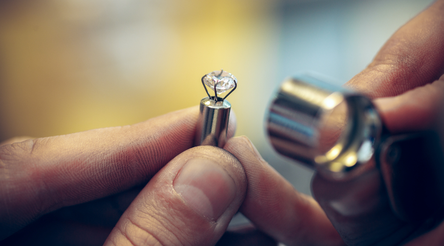 Granskar en diamant caraten