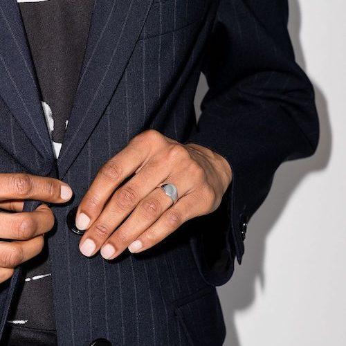 Man med ring i silver