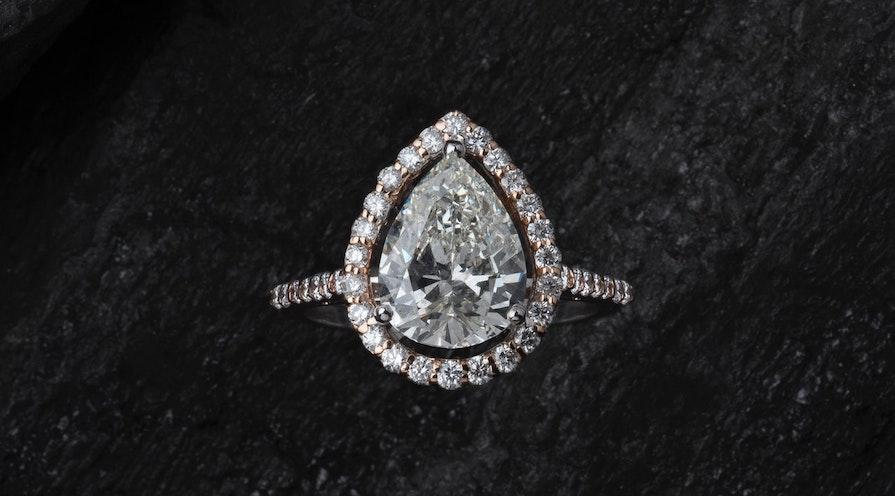 En diamantring med en stor diamant