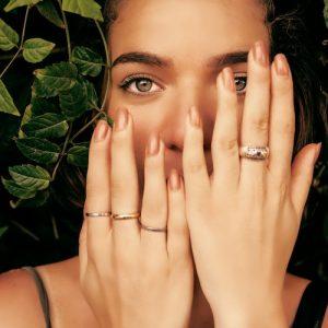Kvinna med flera ringar