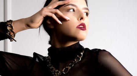 Kvinna med tjockt guldhalsband och armband