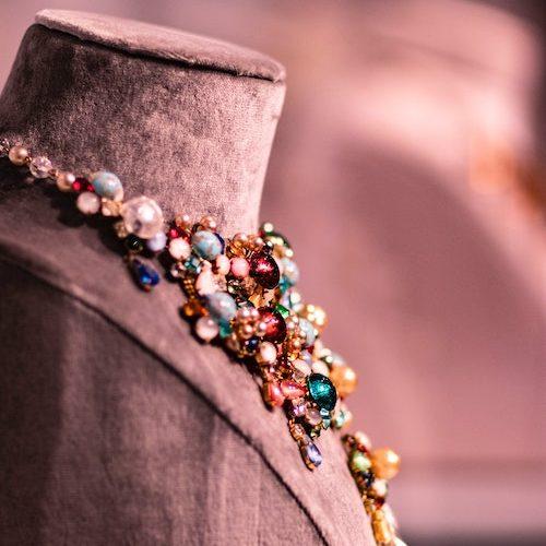 stort halsband med färgade ädelstenar