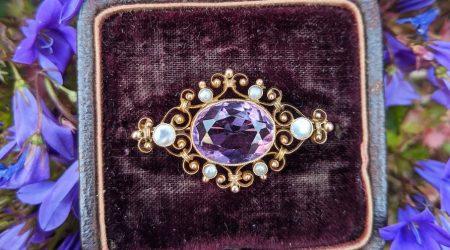 Antikt smycke i guld med ametist