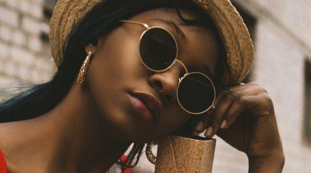 kvinna med somriga smycken i guld