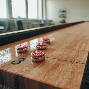 närbild på shuffleboard